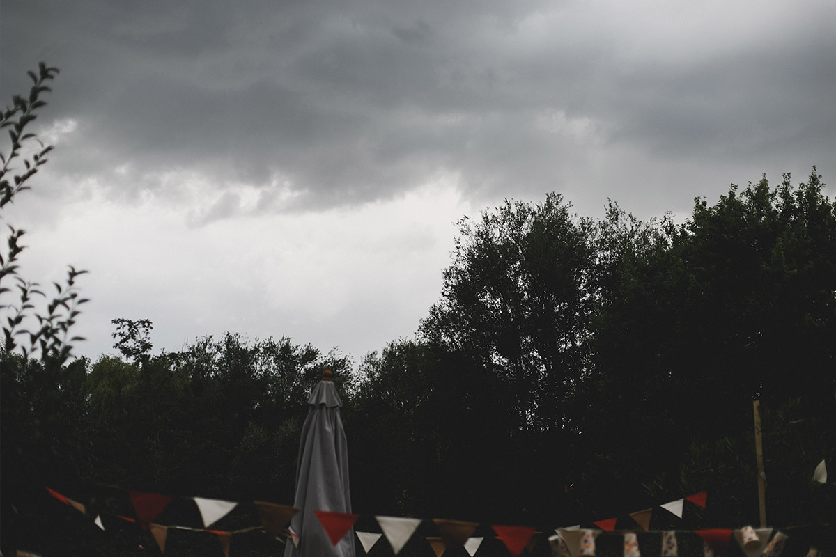 Hochzeitsreportage-Foto von regnerischem Himmel bei Landhochzeit in Brandenburg © Hochzeitsfotograf Berlin www.hochzeitslicht.de