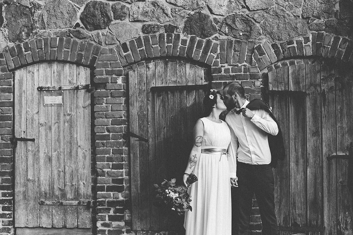 schwarz-weiß Brautpaarfoto bei Scheunenhochzeit im Boho-Style in Ferienscheune Barnimer Feldmark bei Berlin © Hochzeitsfotograf Berlin www.hochzeitslicht.de