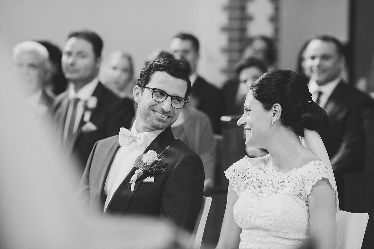 ungestelltes Hochzeitsfoto von Brautpaar bei Trauung in Feldsteinkirche Liebenberg aufgenommen von Hochzeitsfotograf bei Schloss Liebenberg Hochzeit © Hochzeitsfotograf Berlin www.hochzeitslicht.de