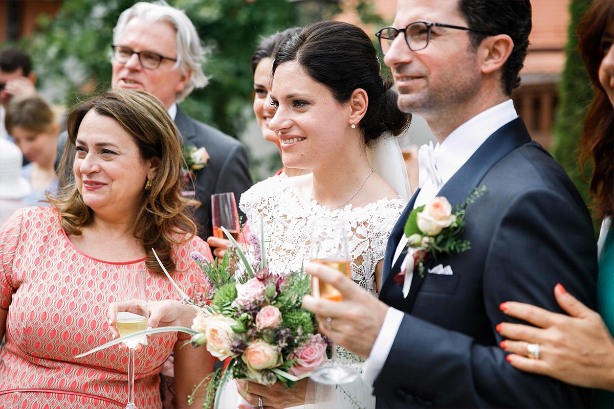 Hochzeitsfoto bei Sektempfang aufgenommen von Hochzeitsfotograf bei Schloss Liebenberg Hochzeit © Hochzeitsfotograf Berlin www.hochzeitslicht.de