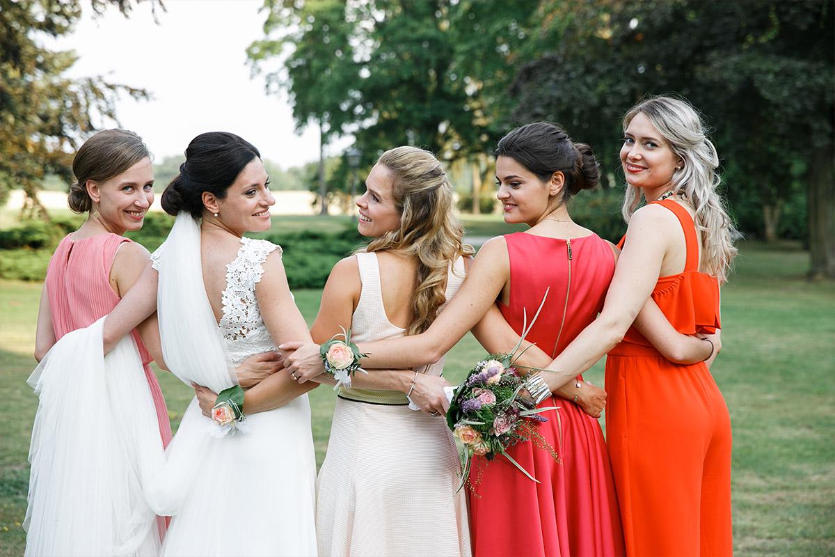 Gruppenfoto von Braut mit Brautjungfern aufgenommen von Hochzeitsfotografin bei Sommerhochzeit im Schloss und Gut Liebenberg © Hochzeitsfotograf Berlin www.hochzeitslicht.de