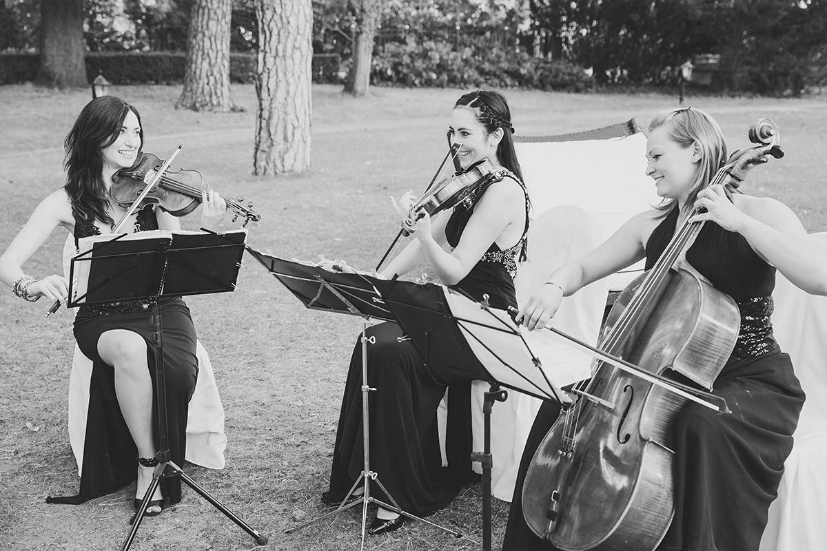 Hochzeitsreportagefoto von Streichern bei freier Trauumg im Garten von Schlosshotel Grunewald Hochzeit © Hochzeit Berlin www.hochzeitslicht.de