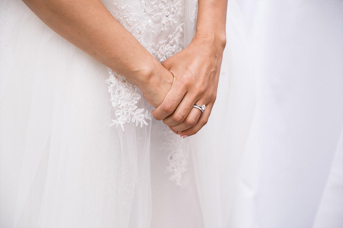 Detailfoto der Hände der Braut mit Ringen bei Hochzeit im Schlosshotel Grunewald © Hochzeit Berlin www.hochzeitslicht.de