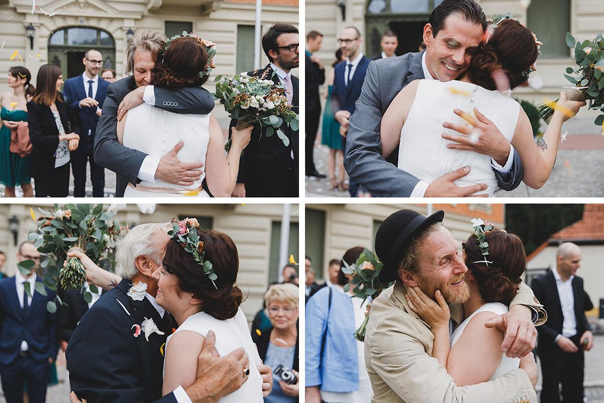 Hochzeitsfotos von Gratulation der Gäste nach standesamtlicher Hochzeit im Standesamt Werneuchen bei Berlin © Hochzeitsfotograf Berlin www.hochzeitslicht.de