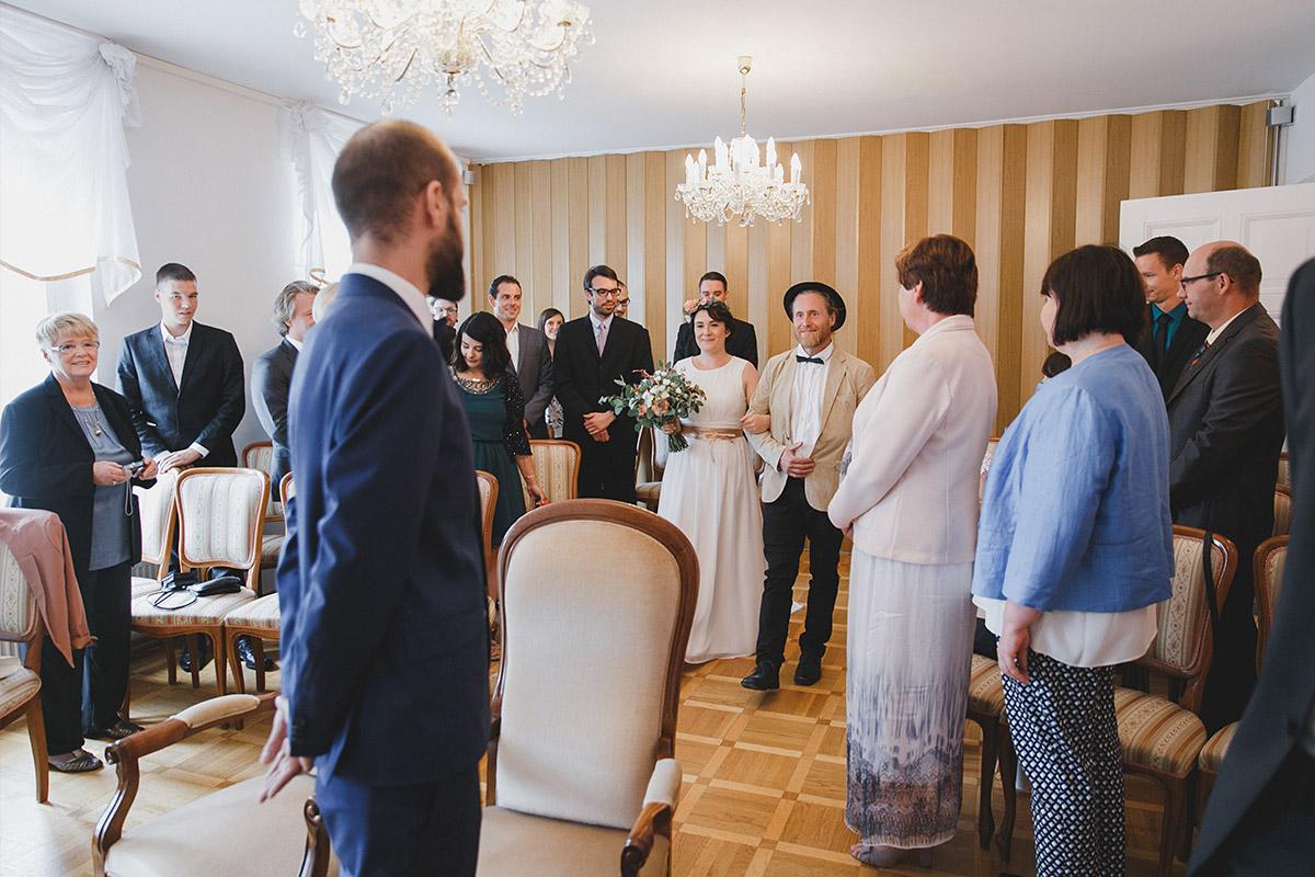 Hochzeitsfoto vom Einzug der Braut bei ungezwungener Hochzeit im Standesamt Werneuchen Brandenburg © Hochzeitsfotograf Berlin www.hochzeitslicht.de