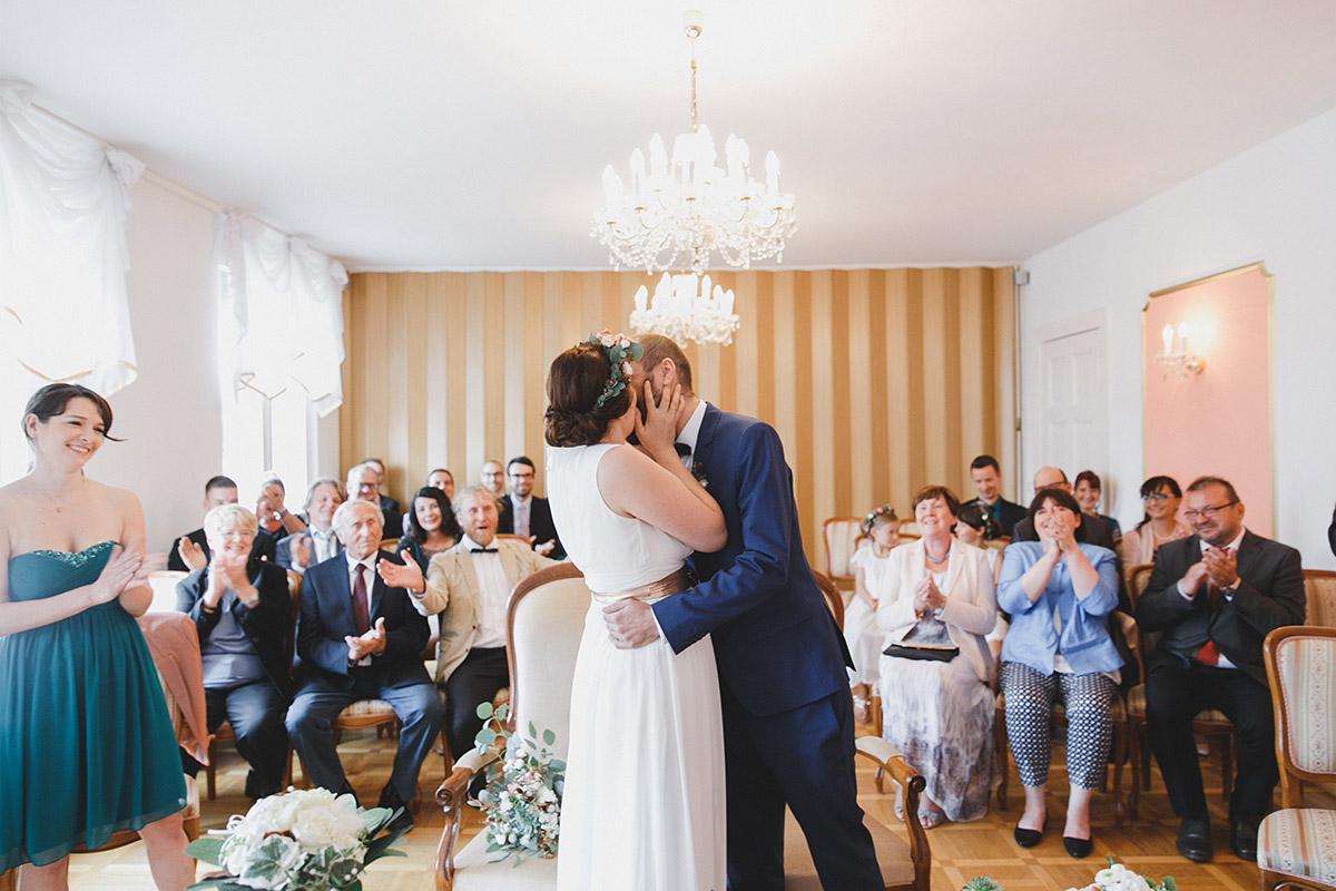 Hochzeitsfoto von Kuss bei Ja-Wort aufgenommen von Hochzeitsfotograf bei Hochzeit im Standesamt Werneuchen Brandenburg © Hochzeitsfotograf Berlin www.hochzeitslicht.de