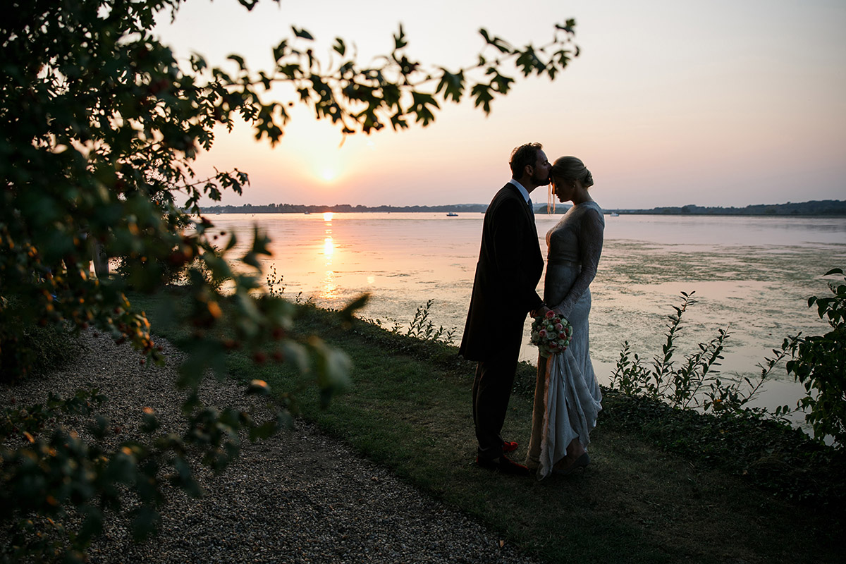 Hochzeitsfoto von Brautpaar bei Sonnenuntergang am Großen Zernsee während Gut Schloss Golm Hochzeit Potsdam © Hochzeitsfotograf Berlin www.hochzeitslicht.de