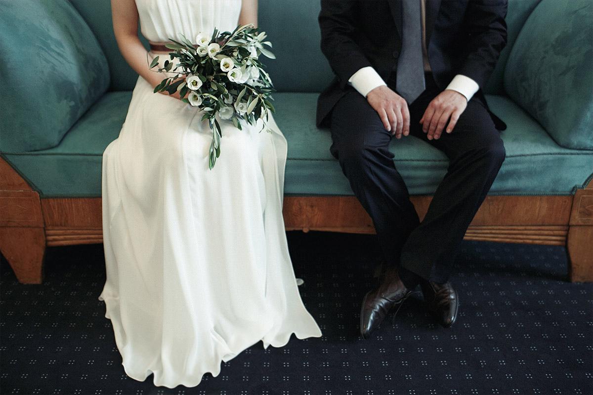 Brautpaarfoto bei Trauung im Rathaus Schöneberg aufgenommen von professionellem Hochzeitsfotografen Berlin © Hochzeit Berlin www.hochzeitslicht.de
