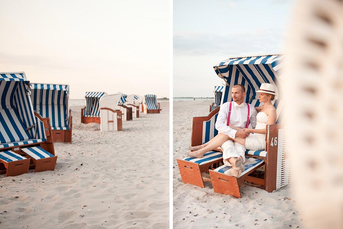 Hochzeitsfotos bei romantischem Brautpaar-Shooting in Strandkörben aufgenommen von professionellem Hochzeitsfotograf an der Ostsee © Hochzeitsfotograf Berlin www.hochzeitslicht.de