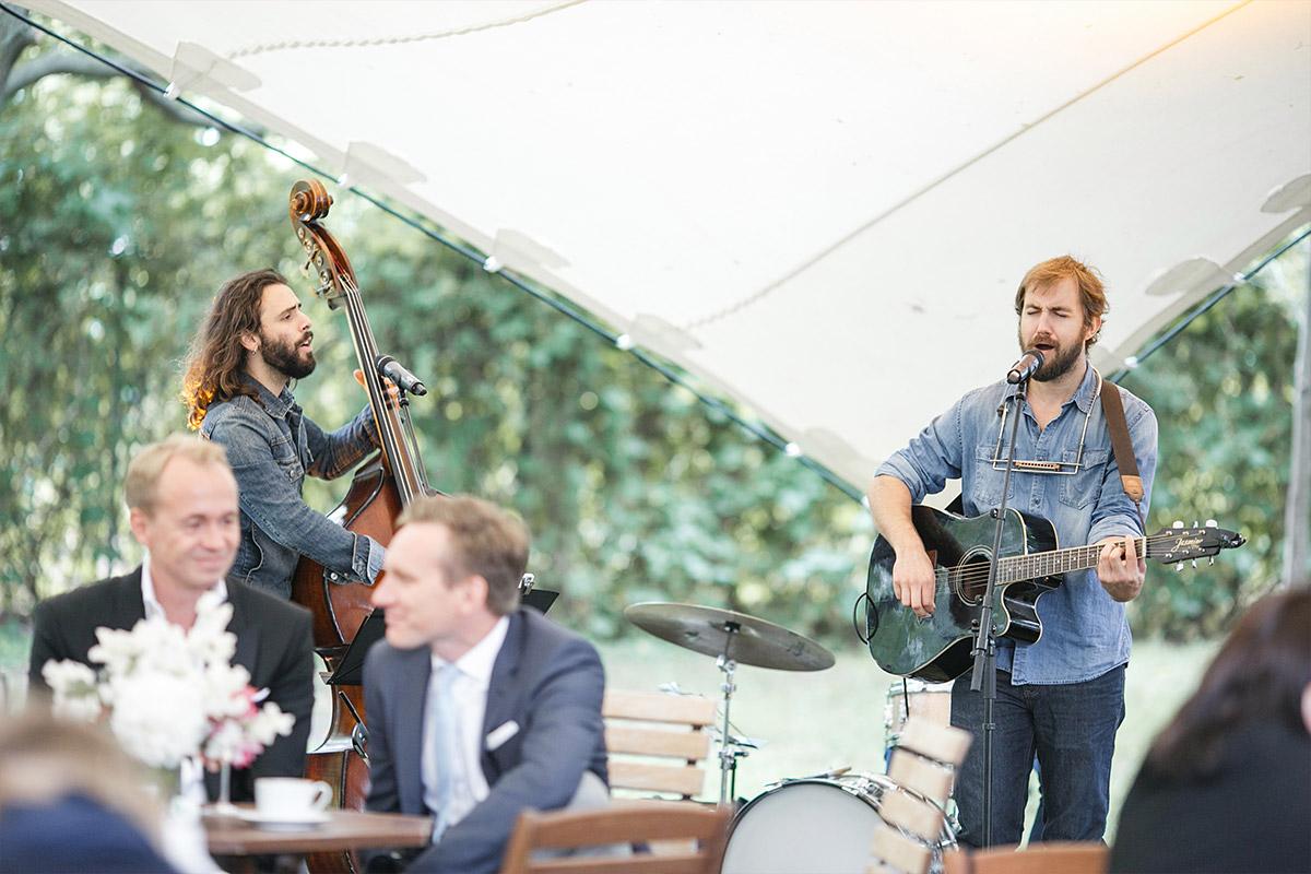 Live-Band im Zelt bei Bridge Studios Berlin Hochzeit © Hochzeit Berlin www.hochzeitslicht.de