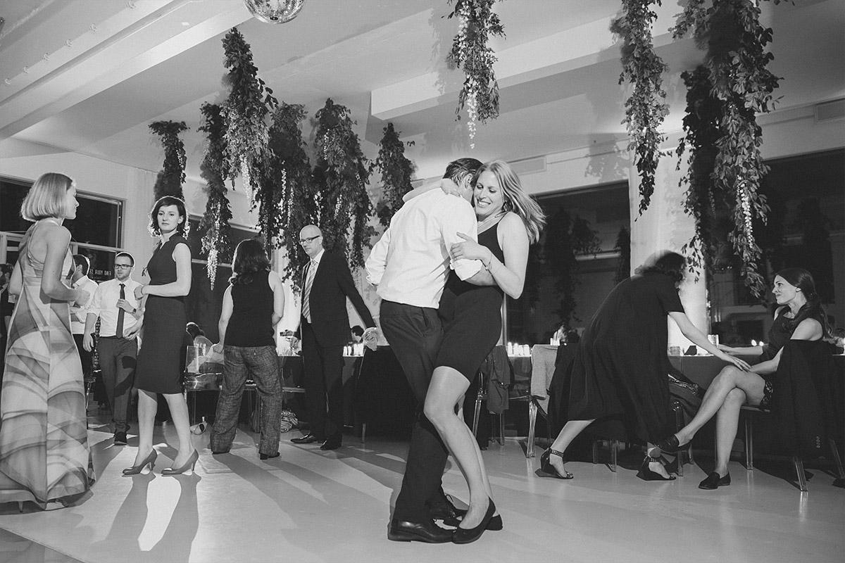 Hochzeitsfotografie von tanzendem Paar auf der Tanzfläche aufgenommen von professionellem Hochzeitsfotograf bei Bridge Studios Hochzeit Berlin © Hochzeit Berlin www.hochzeitslicht.de