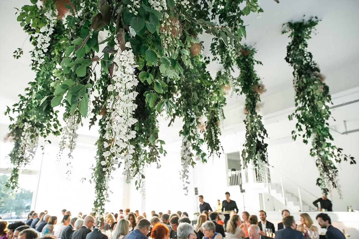 Hochzeitsfoto vom Essen und kreativem Blumenschmuck an der Decke bei Bridge Studios Hochzeit Berlin © Hochzeit Berlin www.hochzeitslicht.de