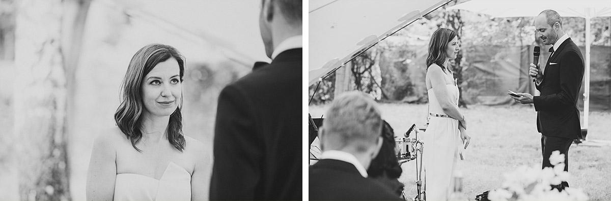 Hochzeitsfotografien von Brautpaar bei freier Trauungszeremonie im Zelt bei Bridge Studios Hochzeit © Hochzeit Berlin www.hochzeitslicht.de