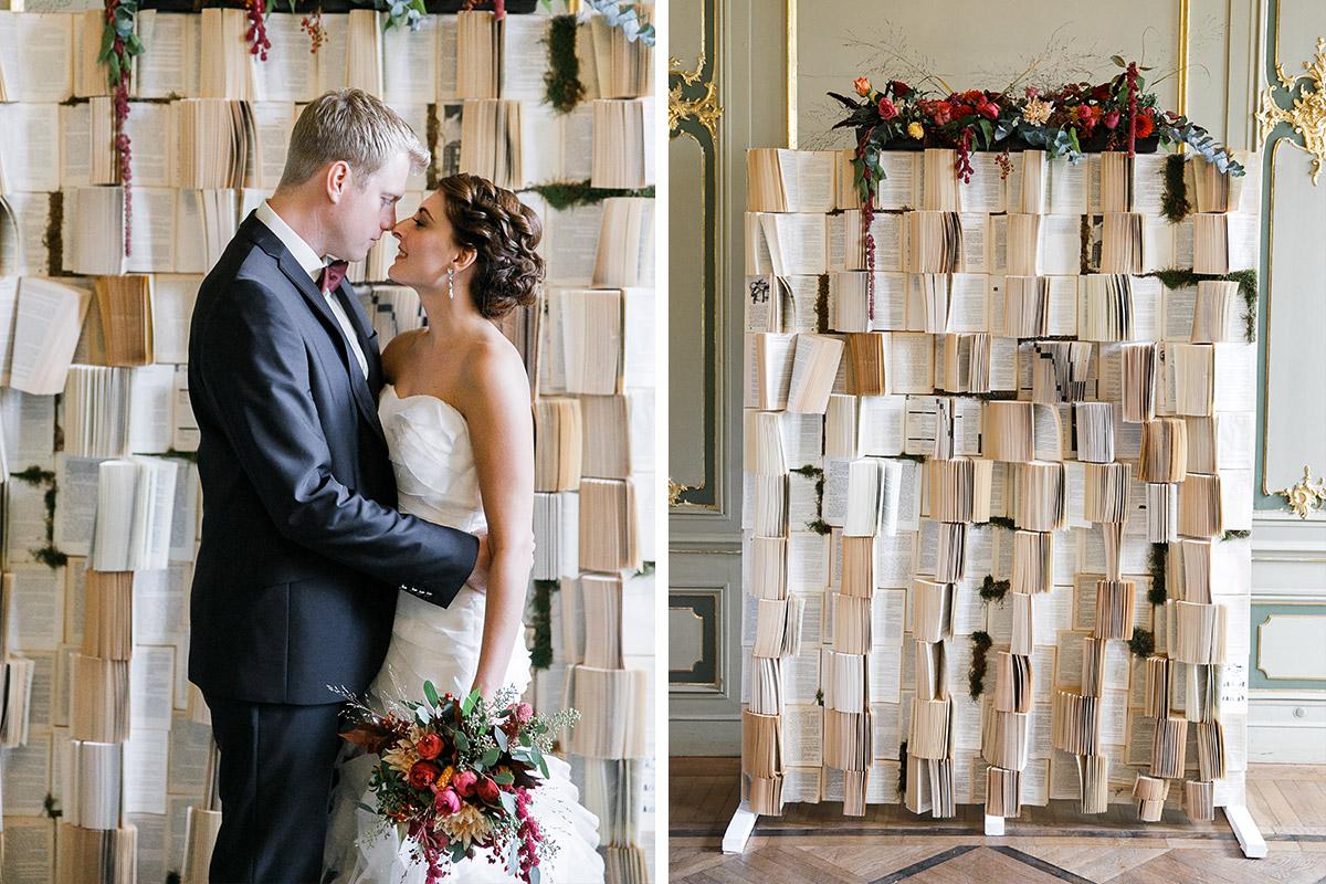 romantisches Hochzeitsfoto vor DIY Buch-Backdrop mit Blumen bei Ermelerhaus Hochzeit Berlin-Mitte © Hochzeit Berlin www.hochzeitslicht.de