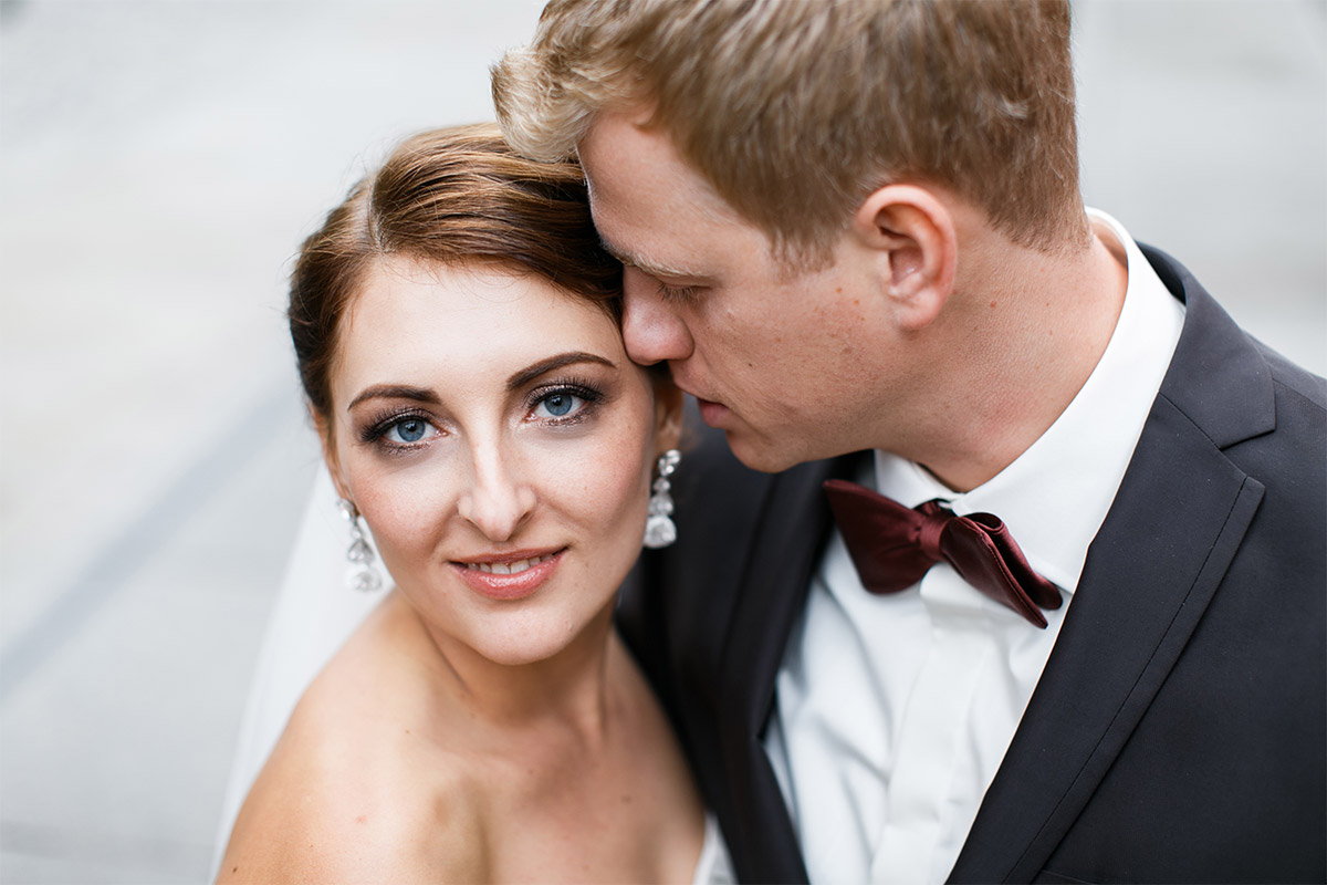 Brautpaarfoto bei deutsch-russicher Hochzeit im Ermelerhaus art'otel Berlin Mitte © Hochzeit Berlin www.hochzeitslicht.de