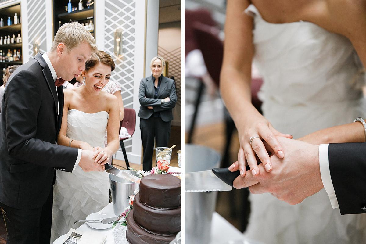 authentische Hochzeitsfotos vom Anschneiden der Torte bei Ermelerhaus Hochzeit in Berlin-Mitte © Hochzeit Berlin www.hochzeitslicht.de
