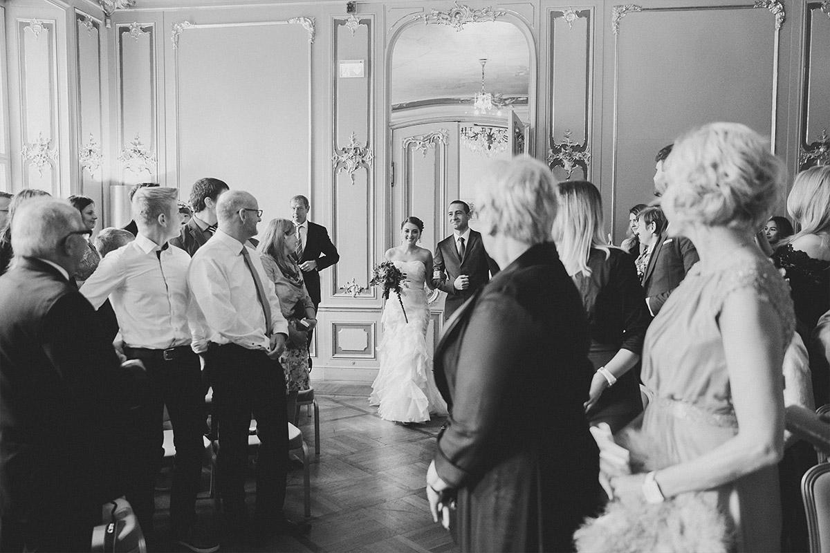 Hochzeitsfoto vom Einzug der Braut bei Trauung im Ermelerhaus in Berlin Mitte © Hochzeit Berlin www.hochzeitslicht.de