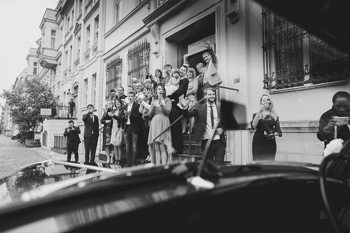 Hochzeitsreportagefoto von Verabschiedung des Brautpaares durch Hochzeitsgäste bei deutsch-russischer Hochzeit im Ermelerhaus Berlin-Mitte © Hochzeit Berlin www.hochzeitslicht.de