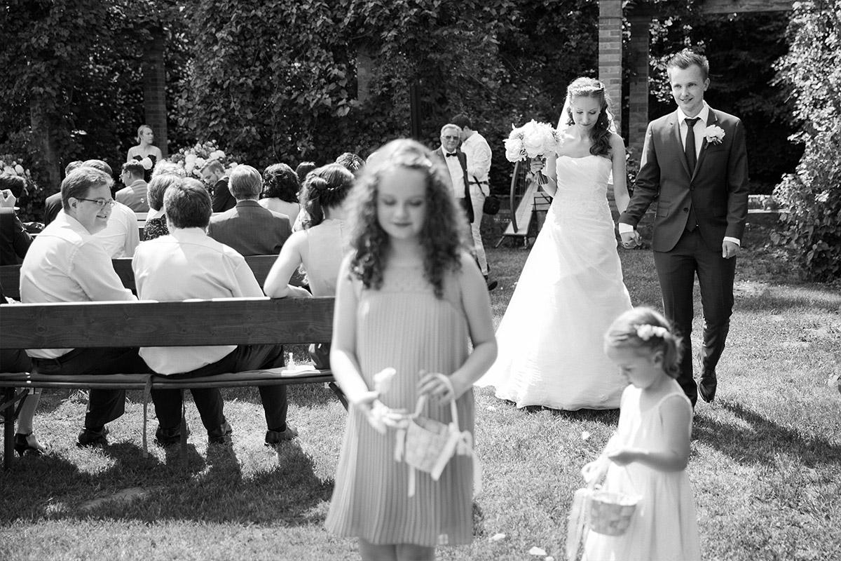 Hochzeitsfoto von Auszug des Brautpaares nach Trauung auf Gut Suckow Brandenburg © Hochzeitsfotograf Berlin www.hochzeitslicht.de