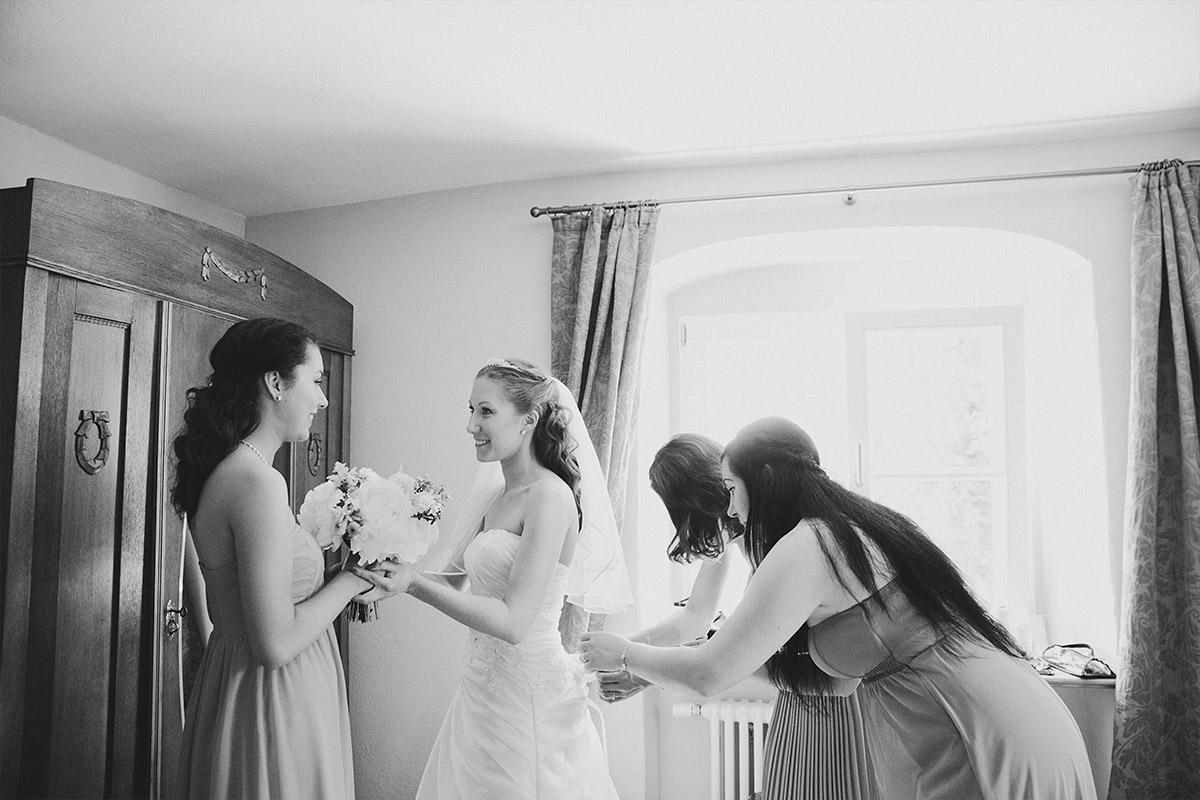 Hochzeitsfotografie vom Ankleiden der Braut mit ihren Brautjungfern aufgenommen von professionellem Hochzeitsfotograf bei Gut Suckow Hochzeit © Hochzeitsfotograf Berlin www.hochzeitslicht.de