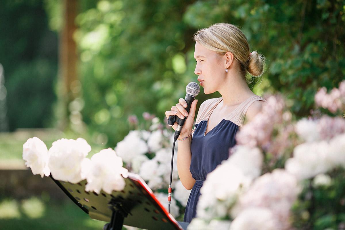 Hochzeitsreportagefotografie von Rednerin bei Trauungszeremonie im Freien bei Gut Suckow Brandenburg Hochzeit © Hochzeitsfotograf Berlin www.hochzeitslicht.de