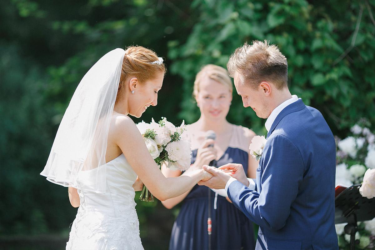 authentisches Hochzeitsfoto von Ringtausch bei Trauung auf Gut Suckow Brandenburg © Hochzeitsfotograf Berlin www.hochzeitslicht.de
