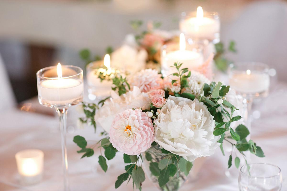 Hochzeitsfoto von elegantem Blumenschmuck bei stilvoller Vintage-Hochzeit auf Gut Suckow Brandenburg © Hochzeitsfotograf Berlin www.hochzeitslicht.de