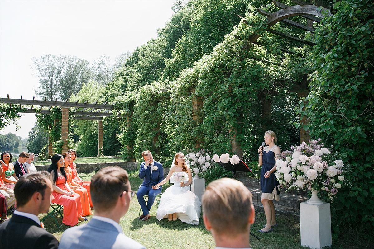 ungestelltes Hochzeitsfoto von Trauungszeremonie bei Gut Suckow Hochzeit in Brandenburg © Hochzeitsfotograf Berlin www.hochzeitslicht.de