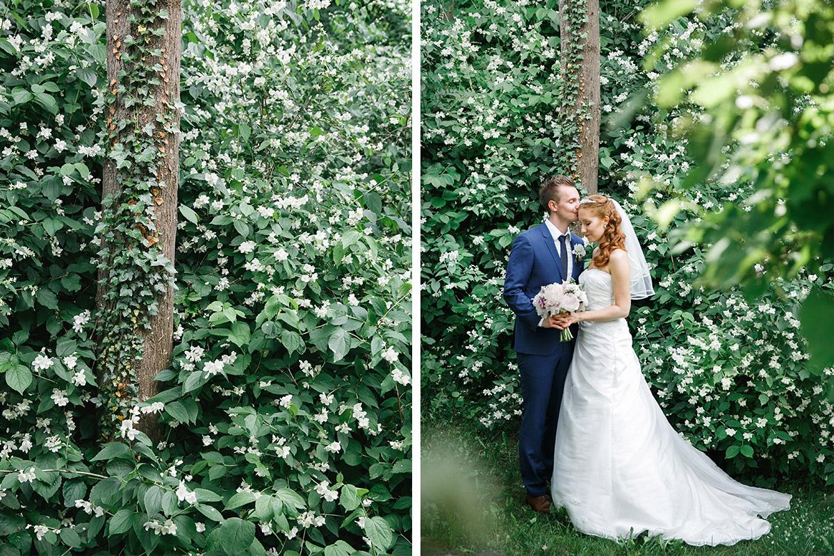 Brautpaarfoto bei klassischer Hochzeit auf Gut Suckow Brandenburg © Hochzeitsfotograf Berlin www.hochzeitslicht.de