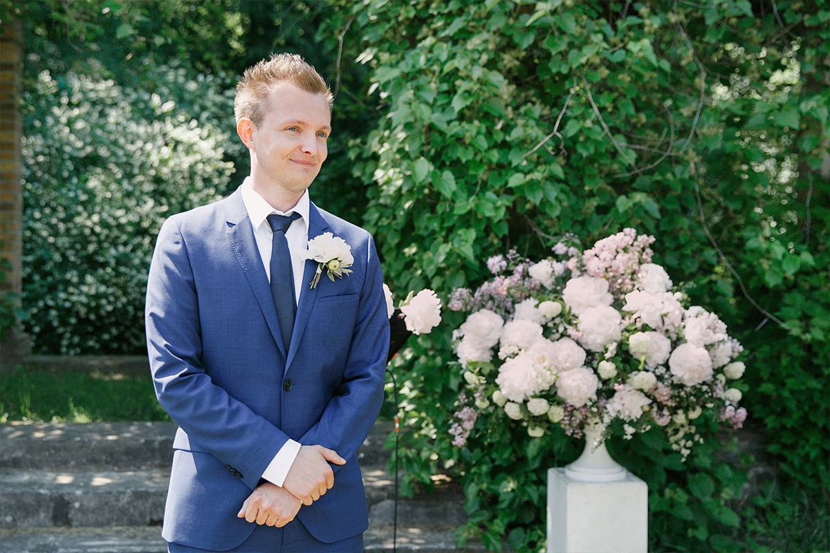 Hochzeitsfoto von wartendem Bräutigam bei Trauung im Freien bei Gut-Suckow-Hochzeit in Brandenburg © Hochzeitsfotograf Berlin www.hochzeitslicht.de