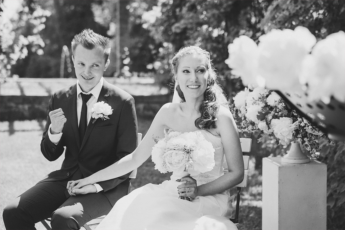 natürliches Hochzeitsbild aufgenommen von Hochzeitsfotograf Brandenburg bei Sommer-Hochzeit im Gut Suckow © Hochzeitsfotograf Berlin www.hochzeitslicht.de