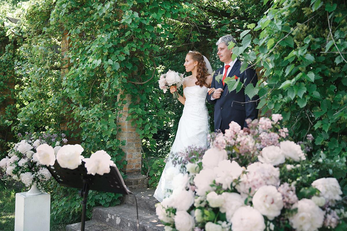Hochzeitsreportagefoto vom Einzug der Braut aufgenommen von Hochzeitsfotograf Brandenburg bei Gut Suckow Hochzeit © Hochzeitsfotograf Berlin www.hochzeitslicht.de