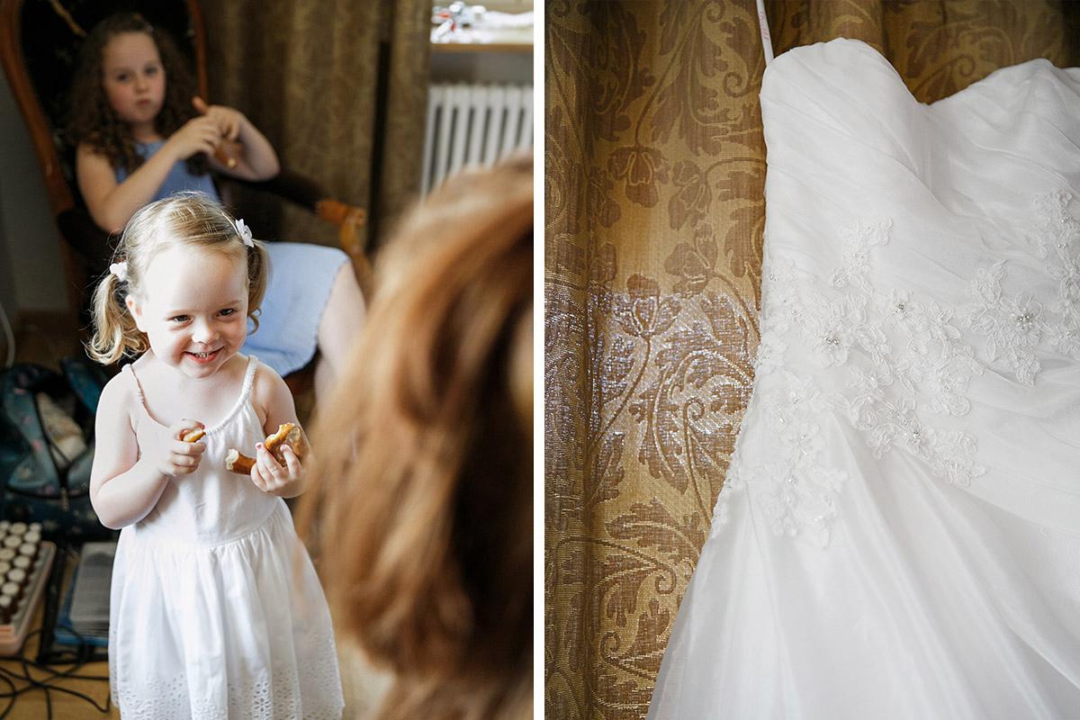 Hochzeitsfotos von Brautkleid und kleinem Mädchen bei Hochzeitsvorbereitungen bei Gut Suckow Hochzeit in Brandenburg © Hochzeitsfotograf Berlin www.hochzeitslicht.de