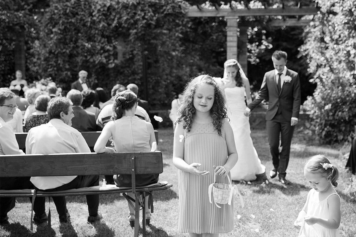 Hochzeitsreportagefoto von Blumenmädchen bei Auszug des Brautpaares bei Gut Suckow Brandenburg Hochzeit © Hochzeitsfotograf Berlin www.hochzeitslicht.de