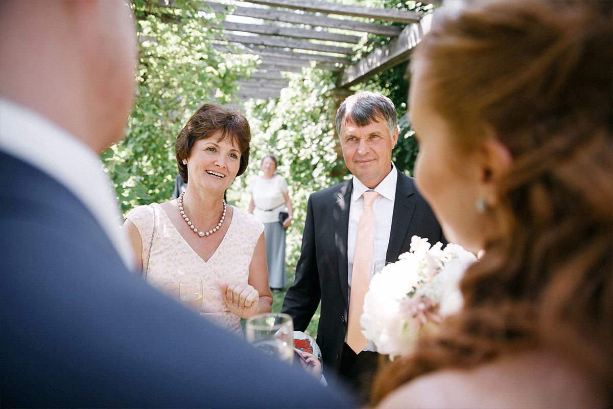 Hochzeitsreportagefotografie von Gratulation der Brauteltern bei Gut Suckow Hochzeit Brandenburg © Hochzeitsfotograf Berlin www.hochzeitslicht.de