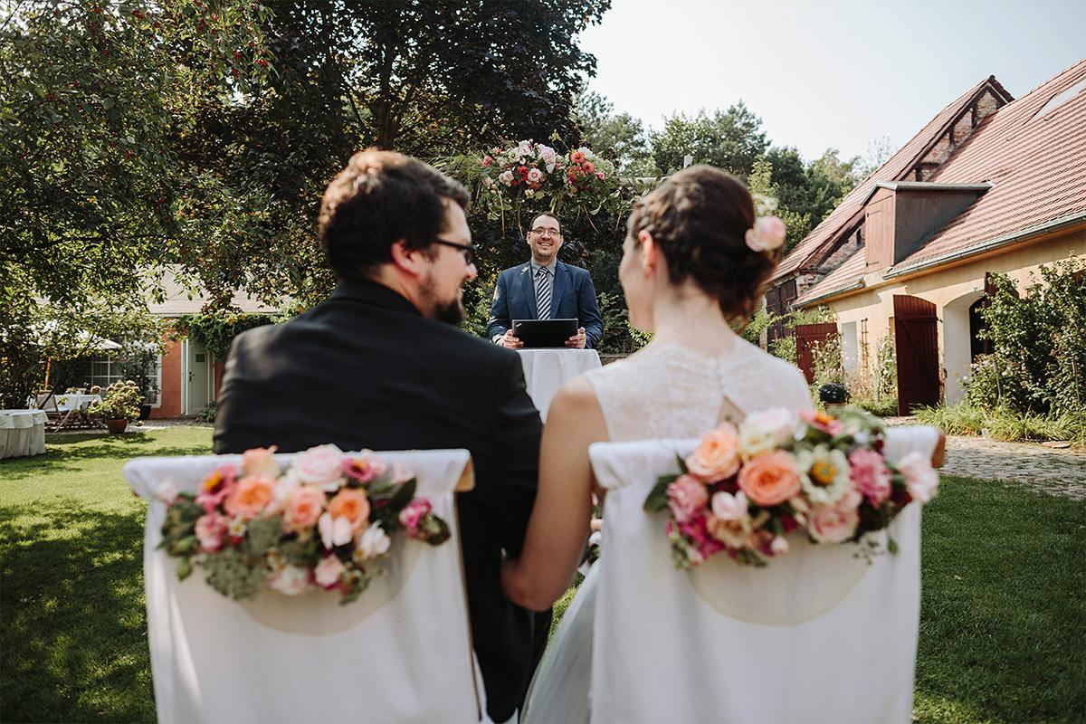 Hochzeitsfoto von freier Trauung bei Gut Wendgräben Hochzeit Brandenburg © Hochzeitsfotograf Berlin www.hochzeitslicht.de