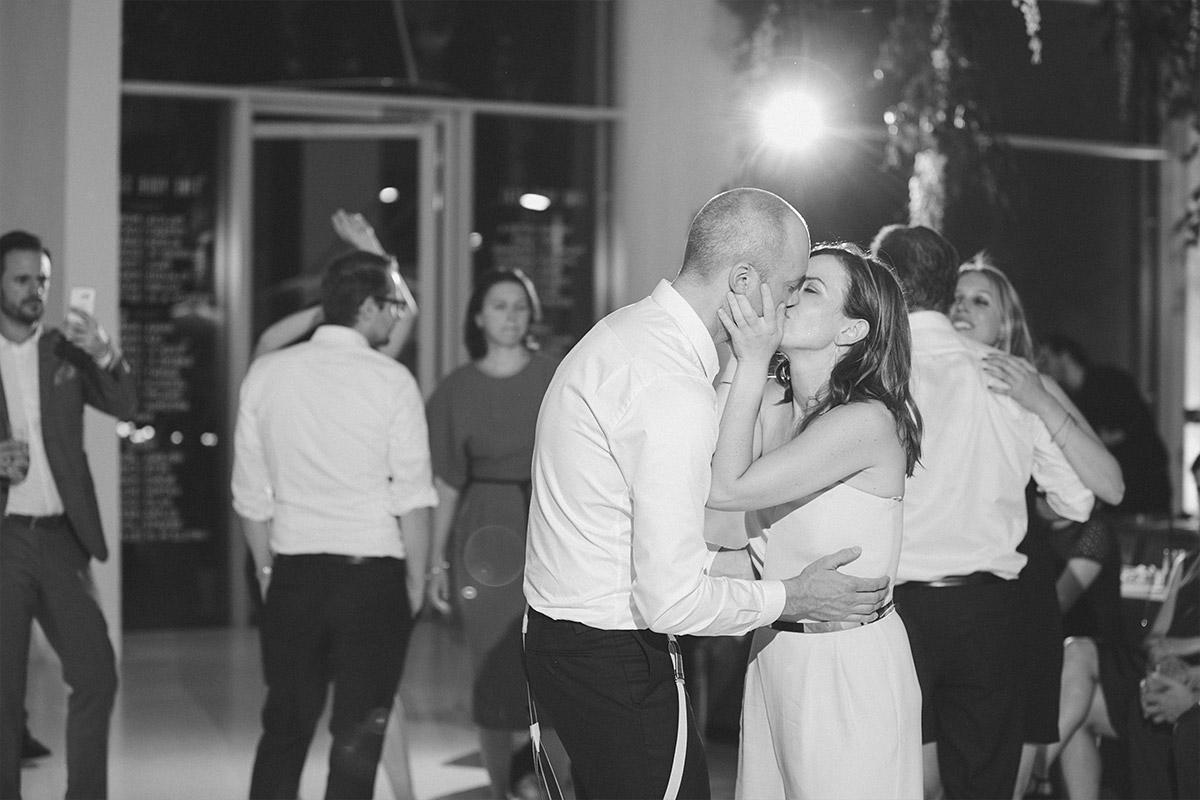 authentisches Hochzeitsreportagefoto von küssendem Brautpaar auf der Tanzfläche bei eleganter Berlin-Hochzeit in Bridge Studios © Hochzeit Berlin www.hochzeitslicht.de