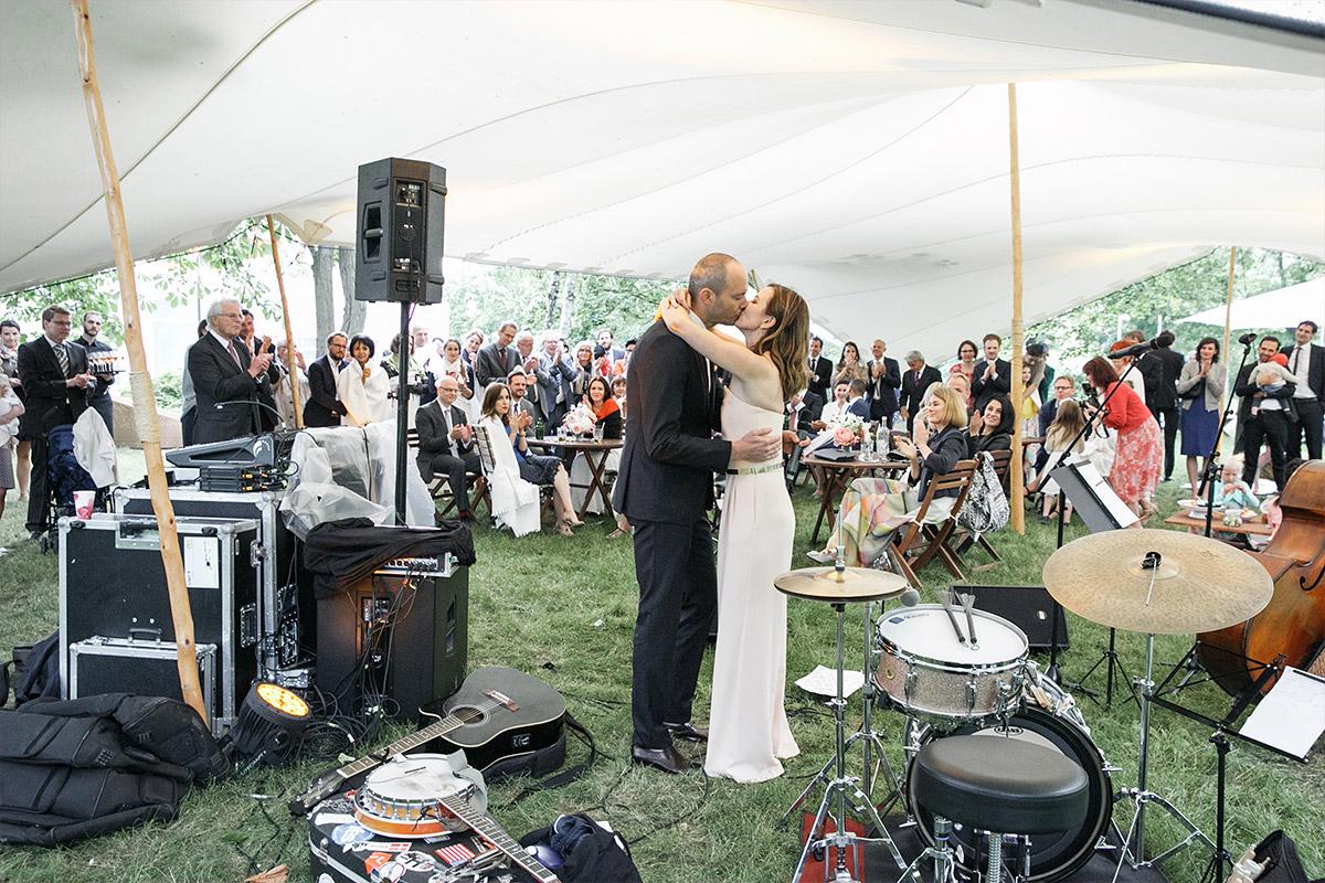 Hochzeitsfoto vom Ja-Wort bei freier Trauungszeremonie während moderner Berlin-Hochzeit in Bridge Studios Westhafen © Hochzeit Berlin www.hochzeitslicht.de