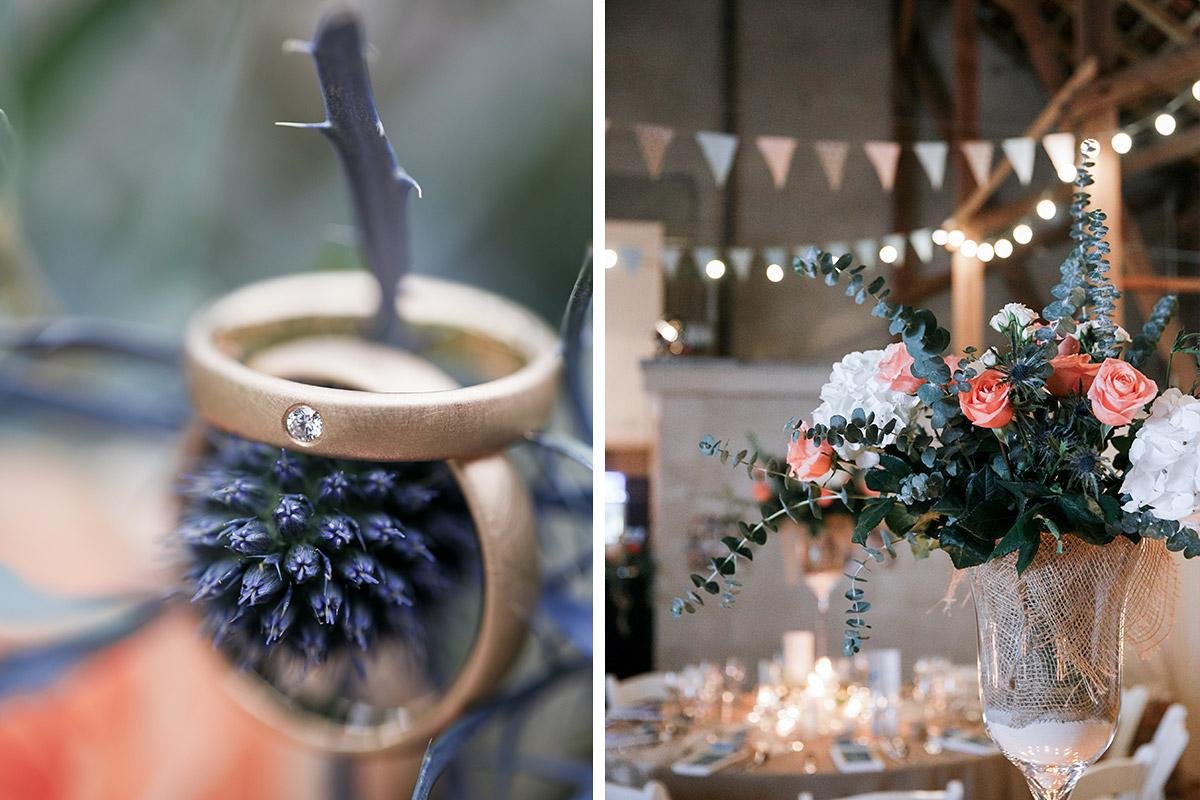 Detailfoto der Eheringe und Blumenschmuck mit Rosen und Eukalyptus bei Hochzeit in Scheune, Brandenburg © Hochzeitsfotograf Berlin www.hochzeitslicht.de