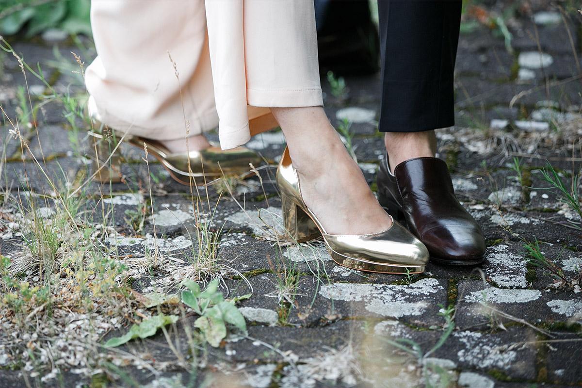 modernes Hochzeitsfoto von Schuhen des Brautpaares aufgenommen von Hochzeitsfotograf Berlin in Bridge Studios Westhafen © Hochzeit Berlin www.hochzeitslicht.de