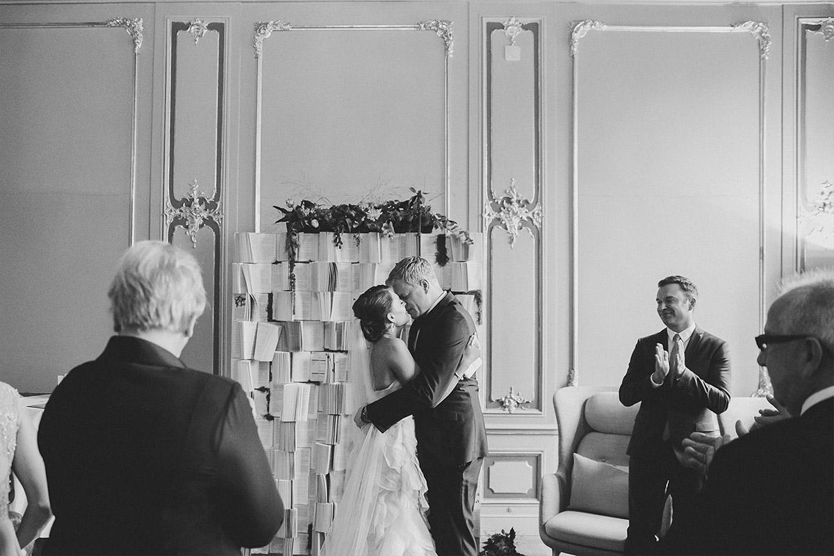 Hochzeitsfoto bei Ja-Wort während freier Trauung aufgenommen von professionellem Hochzeitsfotograf im Ermelerhaus in Berlin-Mitte © Hochzeit Berlin www.hochzeitslicht.de