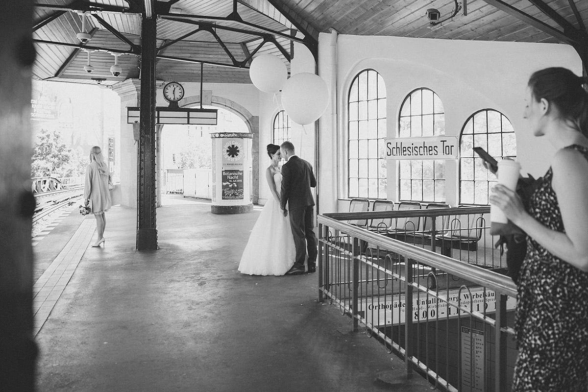 authentisches Brautpaarfoto am U-Bahnhof Schlesisches Tor in Kreuzberg bei urbaner Berlin-Hochzeit aufgenommen von Hochzeitsfotograf Berlin © Hochzeit Berlin www.hochzeitslicht.de
