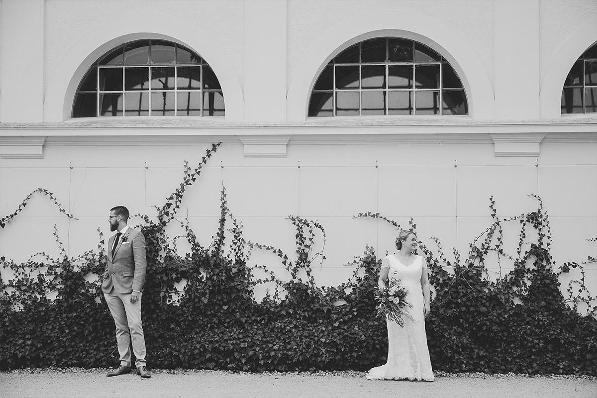 modernes Hochzeitsfoto von Brautpaar aufgenommen von Hochzeitsfotograf bei Scheunenhochzeit in Brandenburg Lausitz © Hochzeitsfotograf Berlin www.hochzeitslicht.de