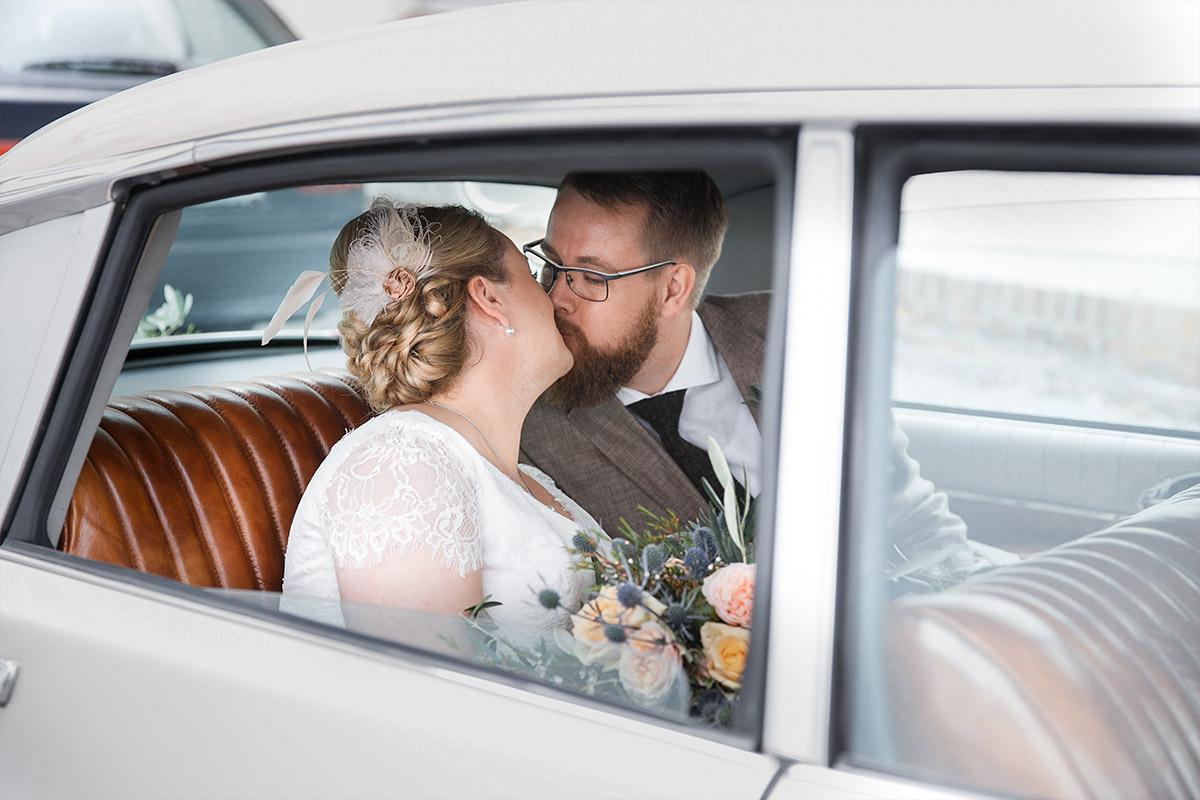 Hochzeitsfoto von Brautpaar in Hochzeitsauto aufgenommen von Hochzeitsfotograf bei Scheunenhochzeit in Brandenburg, Lausitz © Hochzeitsfotograf Berlin www.hochzeitslicht.de