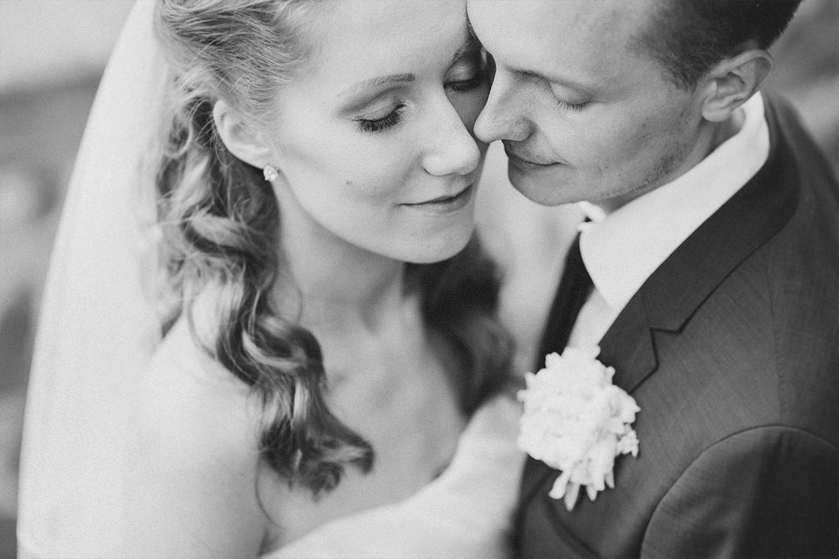 intimes Brautpaarfoto aufgenommen von Hochzeitsfotograf Brandenburg bei Gut Suckow Hochzeit © Hochzeitsfotograf Berlin www.hochzeitslicht.de