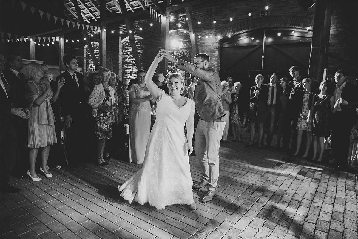 Hochzeitsfotografie von Brautpaar aufgenommen von professionellem Hochzeitsfotograf bei Landhochzeit in Scheune, Brandenburg © Hochzeitsfotograf Berlin www.hochzeitslicht.de