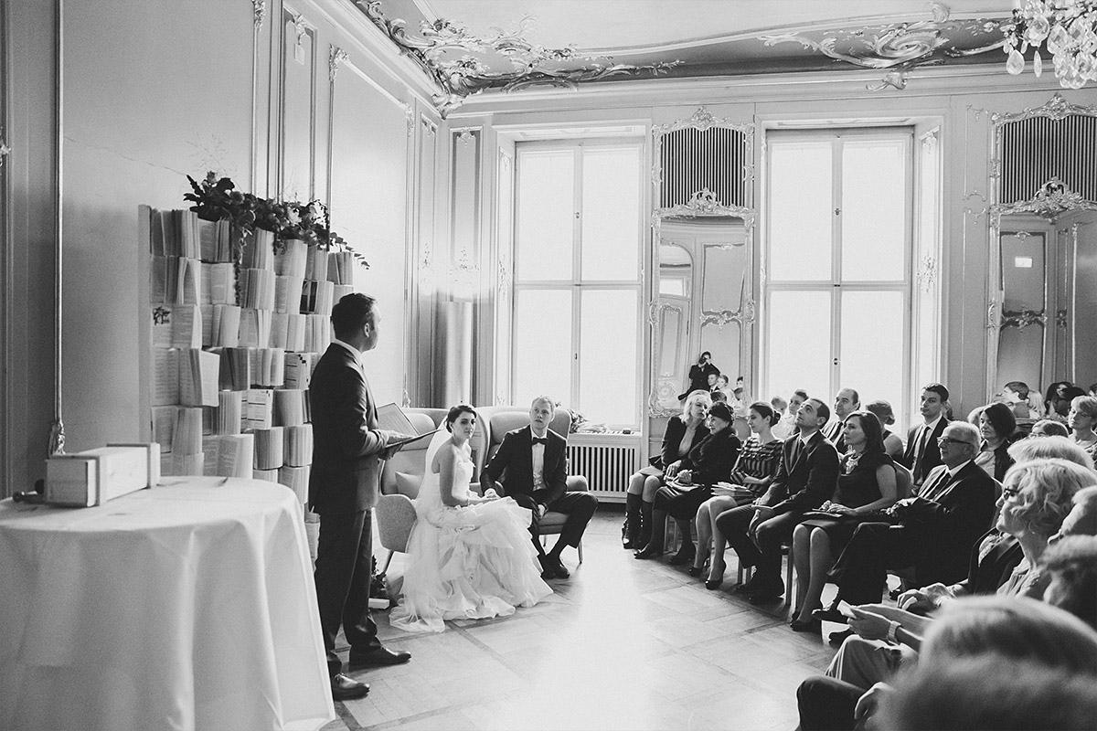 Hochzeitsreportage-Fotografie von freier Trauungszeremonie aufgenommen von Hochzeitsfotograf bei Hochzeit im Ermelerhaus in Berlin-Mitte © Hochzeit Berlin www.hochzeitslicht.de