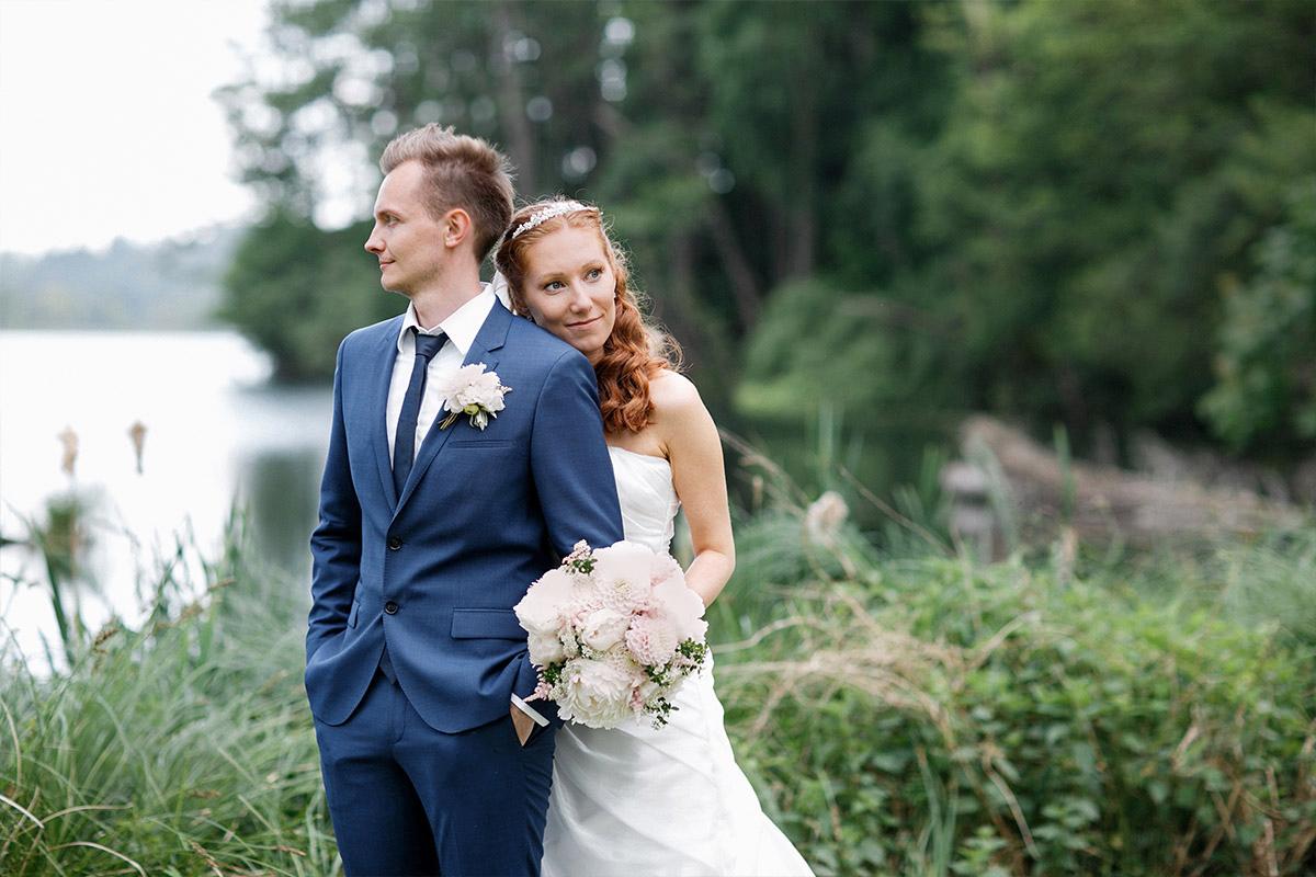 Brautpaarfoto am See aufgenommen von Hochzeitsfotograf Brandenburg auf Gut Suckow © Hochzeitsfotograf Berlin www.hochzeitslicht.de