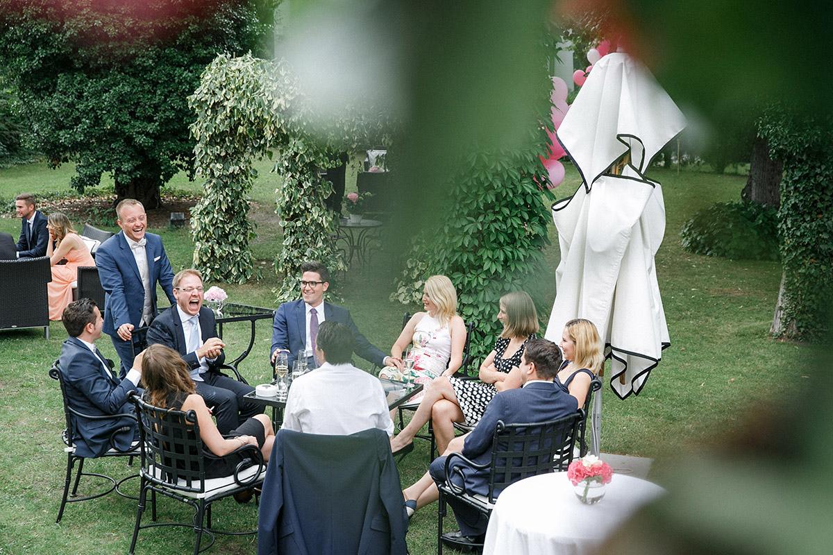 ungestelltes Hochzeitsfoto aufgenommen von professionellem Hochzeitsfotograf bei Hochzeitsfeier im Schlosshotel Grunewald © Hochzeit Berlin www.hochzeitslicht.de