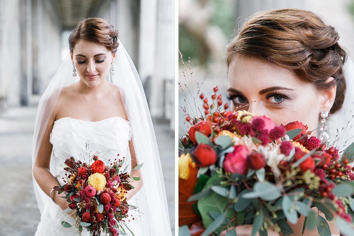 Hochzeitsfotos von Braut mit herbstlichem Brautstrauß aus roten, pinken und gelben Blumen bei Berlin-Mitte-Hochzeit © Hochzeit Berlin www.hochzeitslicht.de